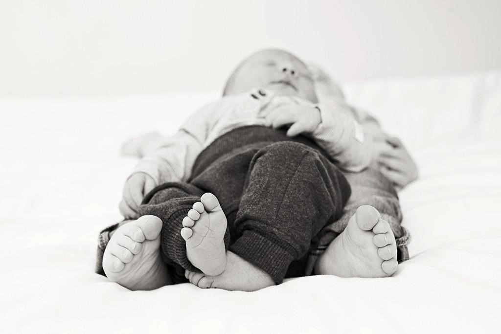 syskon nyföddfotografering fötter