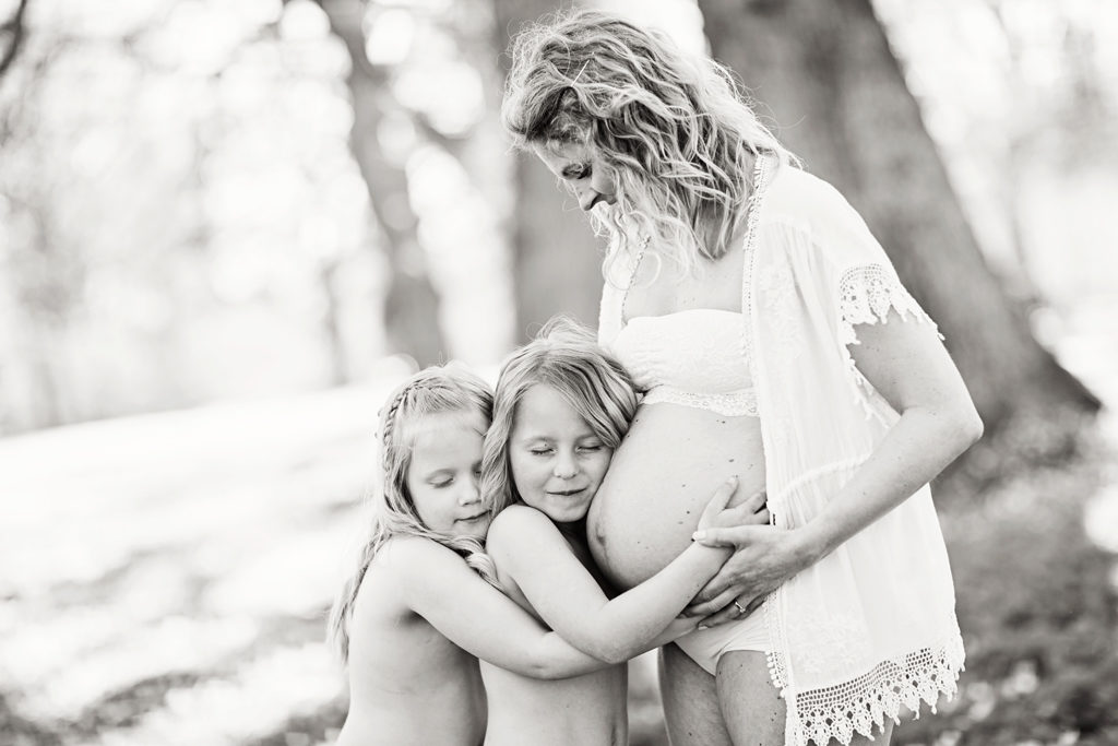 gravidfotografering kristberg kyrka med syskon_Emmelifoto_08
