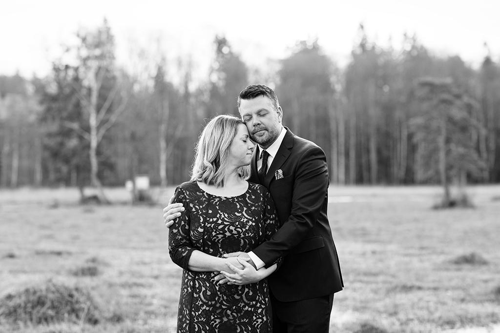 Bröllopsporträtt i kohage bland julkossor Bröllopsfotograf Linköping, Vadstena, Norrköping fotograf Emmelifoto