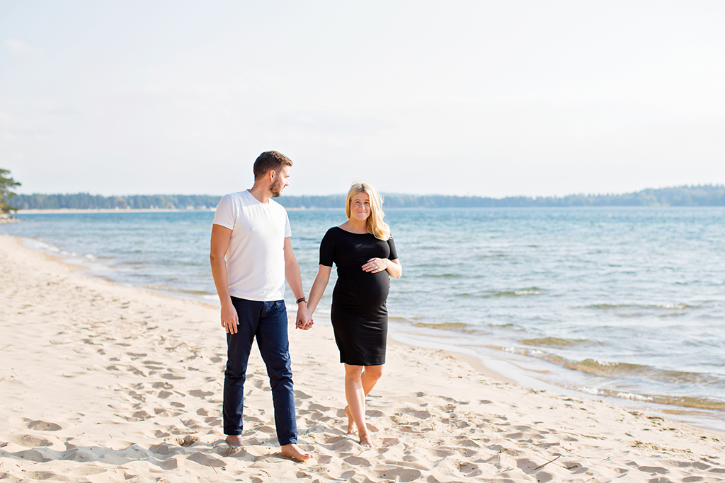 gravidfotografering utomhus på stranden fotograf Linköping Örebro Norrköping