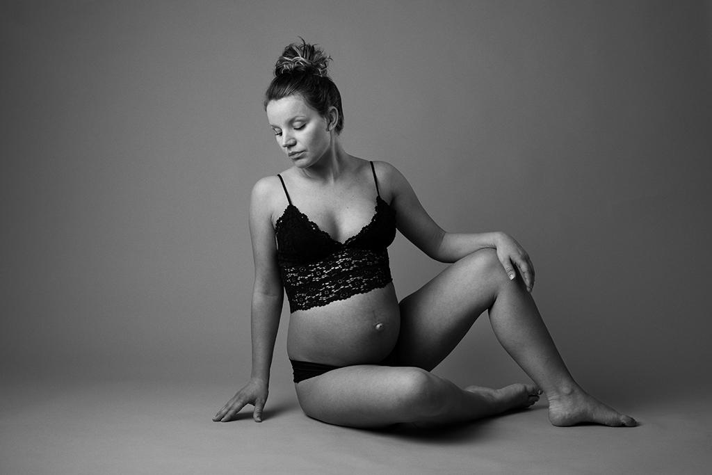 Emmelifoto BeYOUtiful gravidfotografering i studio klassiska vackra gravidfoton