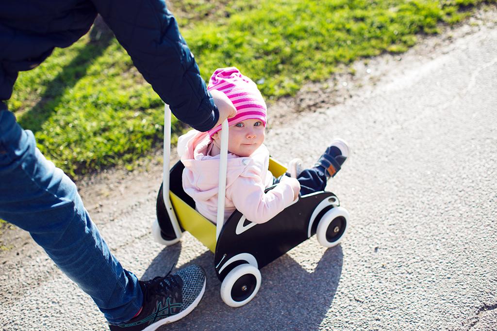 Lära sig gå utomhus med gåvagn och kavat-skor