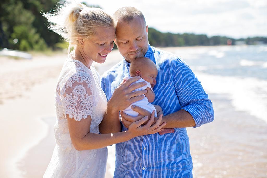 Nyföddfotografering utomhus på stranden