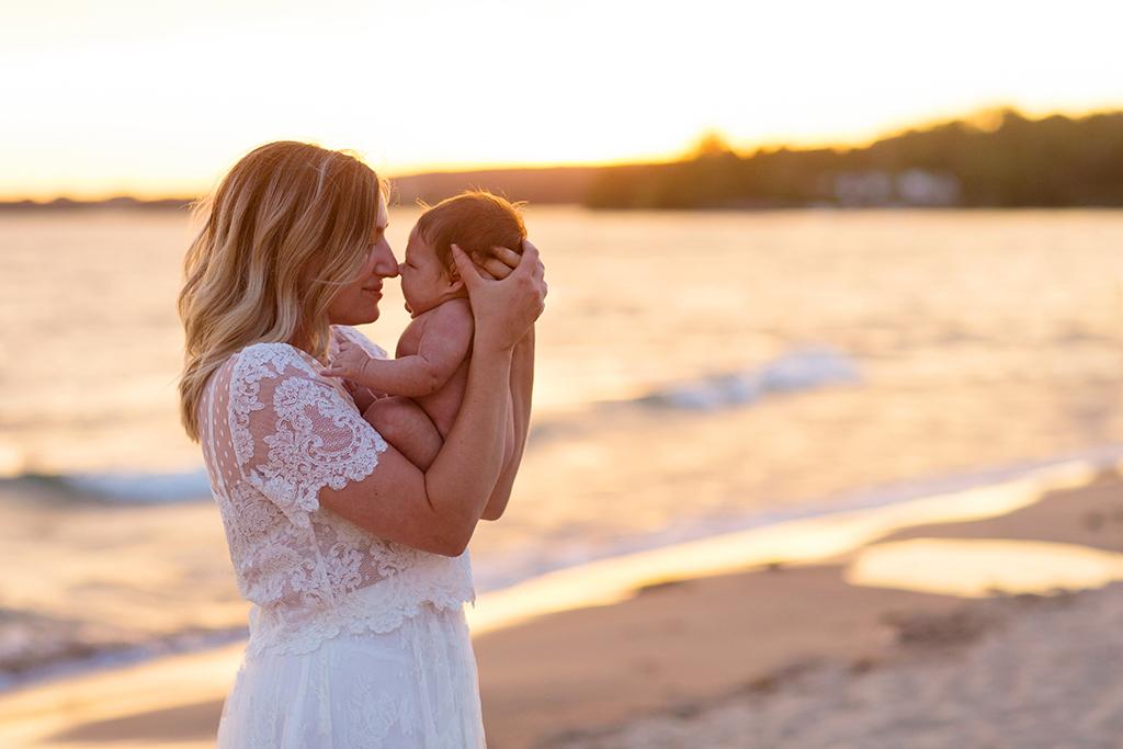 Nyföddfotografering på stranden i Varamon